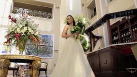 Νύφη που στέκεται στην εκτενή αίθουσα φιλμ μικρού μήκους