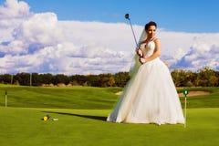 Νύφη που στέκεται στον πράσινο τομέα γκολφ Στοκ εικόνες με δικαίωμα ελεύθερης χρήσης