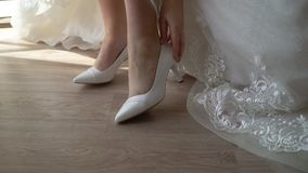 Νύφη που τίθεται στα παπούτσια απόθεμα βίντεο