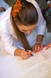 Νύφη που υπογράφει τον κατάλογο Στοκ φωτογραφία με δικαίωμα ελεύθερης χρήσης