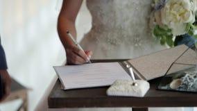 Νύφη που υπογράφει το έγγραφο φιλμ μικρού μήκους