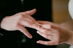 Νύφη που φορά το γαμήλιο δαχτυλίδι στο νεόνυμφο Έβαλε το δαχτυλίδι σε τον στοκ φωτογραφία