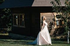 Νύφη σε έναν περίπατο Στοκ Φωτογραφία