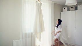 Νύφη σε ένα άσπρο γαμήλιο φόρεμα απόθεμα βίντεο