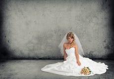 Νύφη σε ένα γαμήλιο φόρεμα στοκ εικόνα