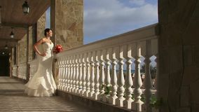 Νύφη σε ένα μπαλκόνι απόθεμα βίντεο