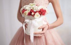 Νύφη σε ένα ρόδινο φόρεμα με τα λουλούδια Στοκ Φωτογραφία