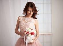 Νύφη σε ένα ρόδινο φόρεμα με τα λουλούδια Στοκ Εικόνα