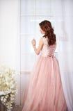 Νύφη σε ένα ρόδινο φόρεμα με τα λουλούδια Στοκ Εικόνες