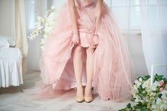 Νύφη σε ένα ρόδινο φόρεμα με τα λουλούδια Στοκ εικόνα με δικαίωμα ελεύθερης χρήσης
