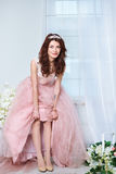 Νύφη σε ένα ρόδινο φόρεμα με τα λουλούδια Στοκ εικόνες με δικαίωμα ελεύθερης χρήσης