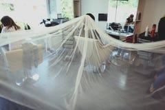 Νύφη σε ένα σαλόνι ομορφιάς Στοκ φωτογραφία με δικαίωμα ελεύθερης χρήσης