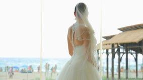 Νύφη στην παραλία απόθεμα βίντεο