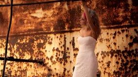 Νύφη στο γαμήλιο φόρεμα μεταξύ των καταστροφών απόθεμα βίντεο