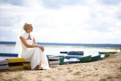 Νύφη στο γαμήλιο φόρεμα Στοκ Εικόνες
