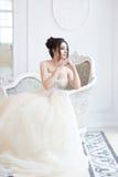 Νύφη στο εσωτερικό πολυτέλειας στο παλάτι Γάμος, ελκυστικό brunette Στοκ φωτογραφία με δικαίωμα ελεύθερης χρήσης