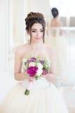 Νύφη στο εσωτερικό πολυτέλειας στο παλάτι Γάμος, ελκυστικό brunette Στοκ Φωτογραφία