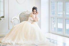Νύφη στο εσωτερικό πολυτέλειας στο παλάτι Γάμος, ελκυστικό brunette Στοκ εικόνα με δικαίωμα ελεύθερης χρήσης