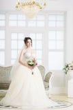 Νύφη στο εσωτερικό πολυτέλειας στο παλάτι Γάμος, ελκυστικό brunette Στοκ φωτογραφίες με δικαίωμα ελεύθερης χρήσης