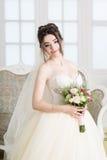 Νύφη στο εσωτερικό πολυτέλειας στο παλάτι Γάμος, ελκυστικό brunette Στοκ Φωτογραφίες