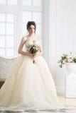 Νύφη στο εσωτερικό πολυτέλειας στο παλάτι Γάμος, ελκυστικό brunette Στοκ εικόνες με δικαίωμα ελεύθερης χρήσης