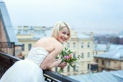 Νύφη στο μπαλκόνι στοκ εικόνα
