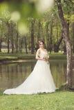 Νύφη στο πάρκο Ημέρα γάμου, μουντός ήλιος Καλοκαίρι στοκ εικόνες με δικαίωμα ελεύθερης χρήσης