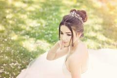 Νύφη στο πάρκο Ημέρα γάμου, μουντός ήλιος Καλοκαίρι στοκ εικόνες