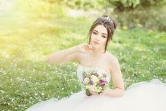 Νύφη στο πάρκο Ημέρα γάμου, μουντός ήλιος Καλοκαίρι στοκ φωτογραφίες με δικαίωμα ελεύθερης χρήσης