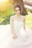 Νύφη στο πάρκο Ημέρα γάμου, μουντός ήλιος Καλοκαίρι στοκ εικόνα με δικαίωμα ελεύθερης χρήσης