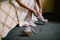 Νύφη στο φόρεμα στα άσπρα νυφικά παπούτσια Στοκ εικόνες με δικαίωμα ελεύθερης χρήσης