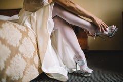 Νύφη στο φόρεμα στα άσπρα νυφικά παπούτσια Στοκ Εικόνα