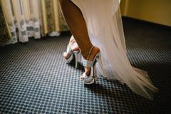 Νύφη στο φόρεμα στα άσπρα νυφικά παπούτσια Στοκ φωτογραφία με δικαίωμα ελεύθερης χρήσης