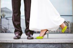 Νύφη στο φόρεμα, τα πράσινα παπούτσια Στοκ εικόνες με δικαίωμα ελεύθερης χρήσης