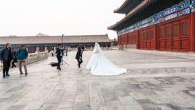 Νύφη στο photosession στο προαύλιο του ναού στοκ φωτογραφία
