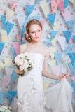 Νύφη Το νέο πρότυπο μόδας με αποτελεί, τη σγουρή τρίχα, λουλούδια στην τρίχα Μόδα νυφών φωτογραφία κοσμήματος μόδας ομορφιάς τέχν Στοκ φωτογραφίες με δικαίωμα ελεύθερης χρήσης
