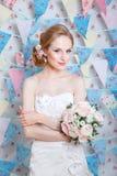 Νύφη Το νέο πρότυπο μόδας με αποτελεί, τη σγουρή τρίχα, λουλούδια στην τρίχα Μόδα νυφών φωτογραφία κοσμήματος μόδας ομορφιάς τέχν Στοκ Φωτογραφίες