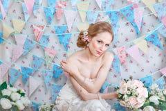 Νύφη Το νέο πρότυπο μόδας με αποτελεί, τη σγουρή τρίχα, λουλούδια στην τρίχα Μόδα νυφών φωτογραφία κοσμήματος μόδας ομορφιάς τέχν Στοκ Εικόνα