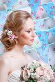 Νύφη Το νέο πρότυπο μόδας με αποτελεί, τη σγουρή τρίχα, λουλούδια στην τρίχα Μόδα νυφών φωτογραφία κοσμήματος μόδας ομορφιάς τέχν Στοκ Εικόνες