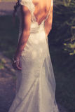 Νύφη υπαίθρια στο γαμήλιο φόρεμα Εκλεκτής ποιότητας χρώματα στοκ εικόνες