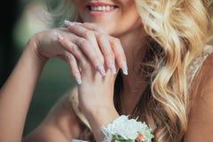 Νύφη χεριών με το μανικιούρ Στοκ φωτογραφίες με δικαίωμα ελεύθερης χρήσης