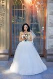 Νύφη Brunette σε ένα άσπρο φόρεμα στη ημέρα γάμου Στοκ Φωτογραφία