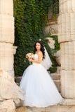 Νύφη Brunette σε ένα άσπρο φόρεμα στη ημέρα γάμου Στοκ Φωτογραφίες