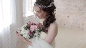 Νύφη Brunette στο άσπρο γαμήλιο φόρεμα μόδας με το makeup απόθεμα βίντεο