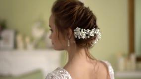 Νύφη hairstyle με τη διακόσμηση Όμορφη γυμνή πλάτη απόθεμα βίντεο