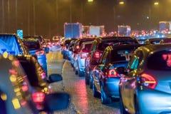 Νύχτας κυκλοφοριακή συμφόρηση βρετανικών αυτοκινητόδρομων άποψης πολυάσχολη τη νύχτα στοκ εικόνα