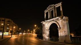 Νύχτα Αθήνα Στο δικαίωμα βλέπουμε την αψίδα του Αδριανού που οδηγεί στους στυλοβάτες της αρχαιολογικής περιοχής Zeus ` s απόθεμα βίντεο