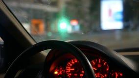 Νύχτα αυτοκινήτων ροδών χεριών φιλμ μικρού μήκους