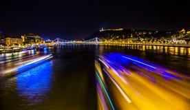 Νύχτα Βουδαπέστη Ουγγαρία γεφυρών αλυσίδων ποταμών Δούναβη βαρκών κρουαζιέρας Στοκ φωτογραφία με δικαίωμα ελεύθερης χρήσης
