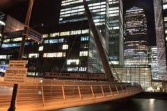 νύχτα γεφυρών για πεζούς καναρινιών στην αποβάθρα Στοκ Εικόνα